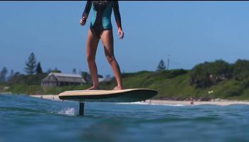 파도가 없는 바다에서도 서핑을 즐길 수 있는 Fliteboard eFoil 서핑 보드