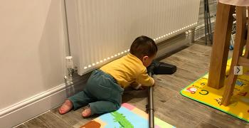 생후 10개월에 청소하는 아이 (동영상)