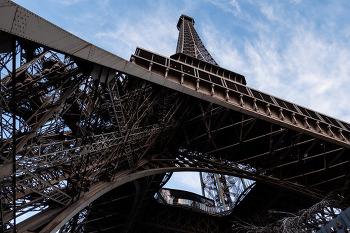 파리의 랜드마크 에펠탑입니다.