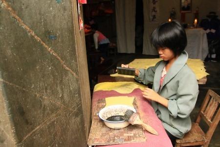 휘주문화 풍성한 쓰시촌에서 소지전을 찍는 아이와 만나다
