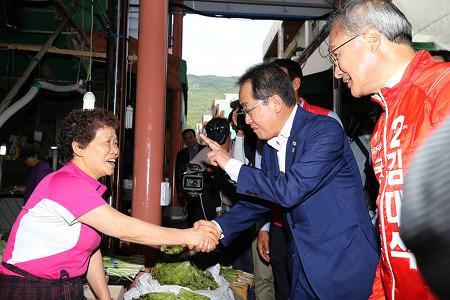 홍준표 공동선대위원장, 부산 해운대을 반송1동 재래시장 방문인사
