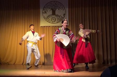 유럽 고등학교 연극에 아리랑 노래를 부르다