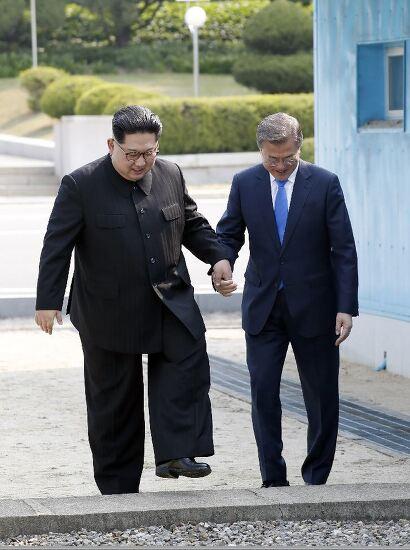 남북 정상의 군사분계선 '금 밟기 놀이'