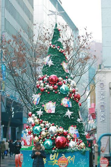 즐거운 연말연시 성탄 시즌 명동