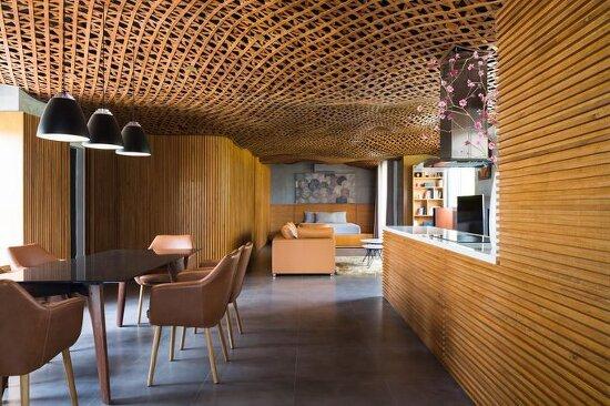 *베트남의 다기능 공간이 존재하는 아파트-[CTA tops vietnam apartment with 'cloud' of interlaced wood on its ceiling]