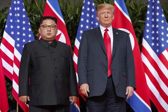 남북 정상과 포위된 트럼프