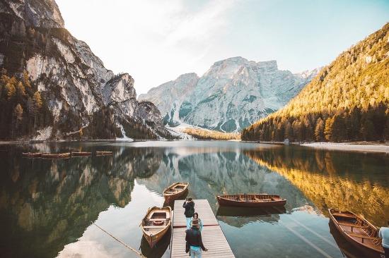 물에 비친 풍경 대칭 사진