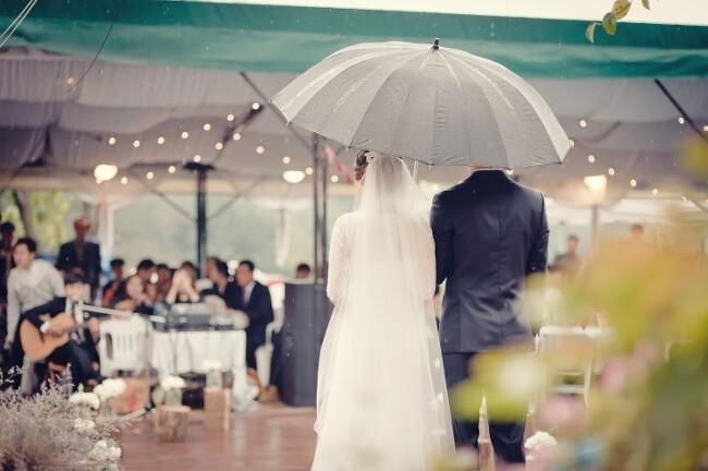 비오는 날의 야외 결혼식 셀프 스몰웨딩