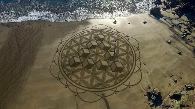 해변의 놀라운 모래 예술