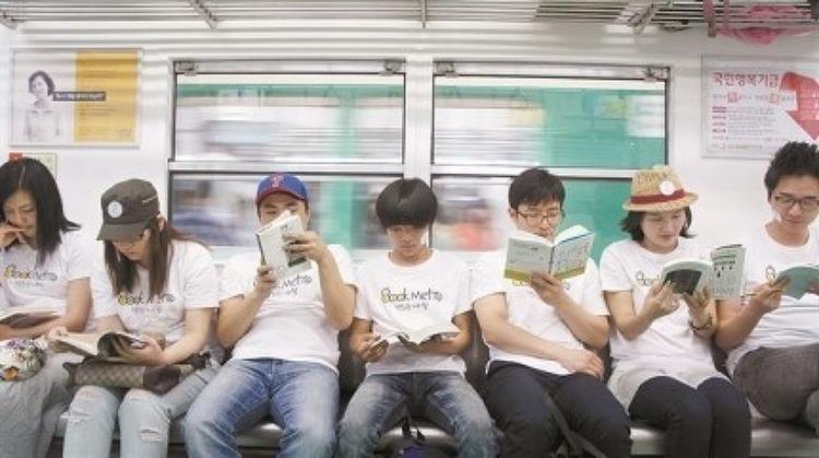 [한국일보]희귀종 된 책 펴든 사람… 700여명 중 4명뿐 / 책읽는지하철 송화준 대표