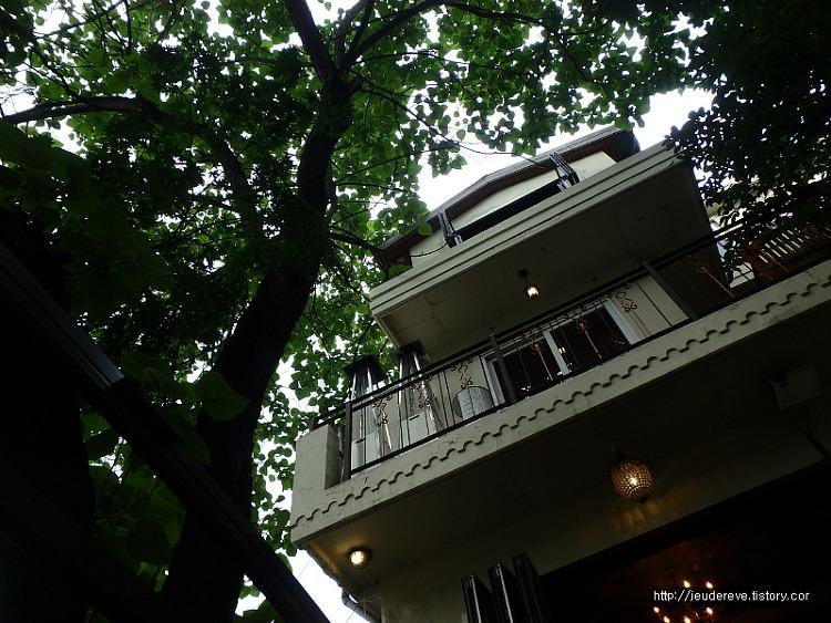 프랑스식 카페, 선술집인 Cote Jardin의 한가로운 뜰