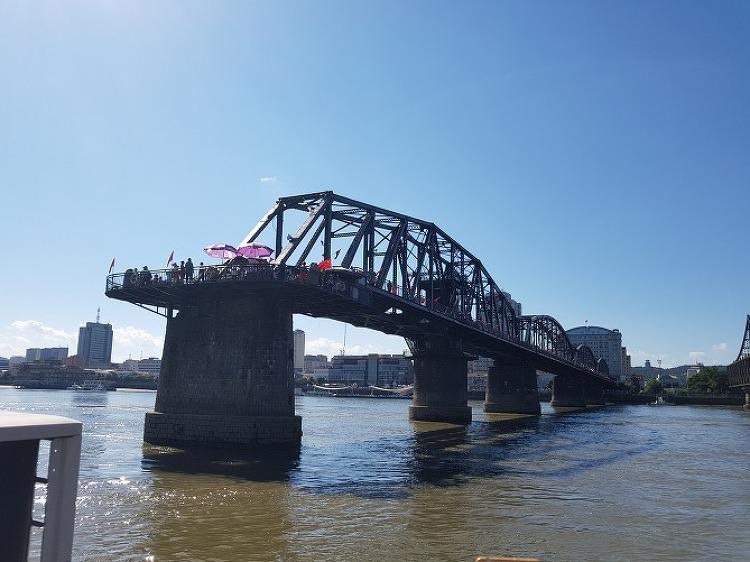 끊어진 압록강 철교 위에서 하나 된 조국을 꿈꾼다.