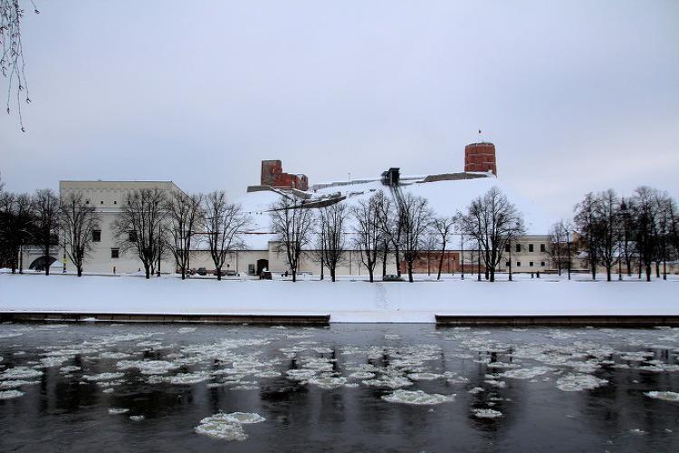 얼음 덩어리가 흘러 가니 봄이 곧 오겠구나