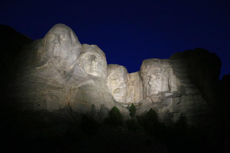마운트러시모어(Mount Rushmore) 야간개장의 하이라이트인 라이팅세레모니(Lighting Ceremony)