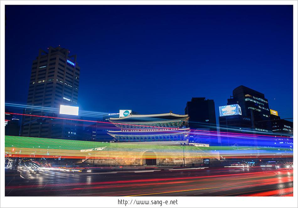 대한민국 국보 1호(?) 남대문/숭례문의 야경 궤적사진입니다.